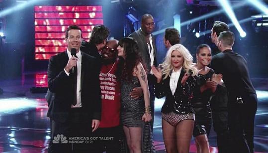 Christina Aguilera si se třpytivými modely nedá pokoj.