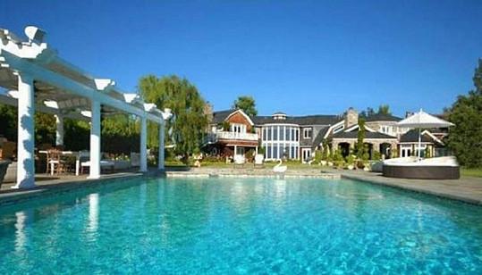 Součástí sídla je i bazén a rozsáhlá zahrada.