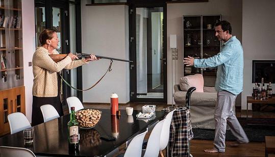 Ve filmu střílí na Martina Hofmanna, který si zahrál opět záporáka.