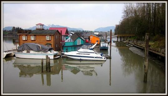 Obydlí stojí na řece Fraser.