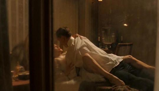 Keira Knightley natočila se svým hereckým partnerem Michaelem Fassbenderem drsnou milostnou scénu.