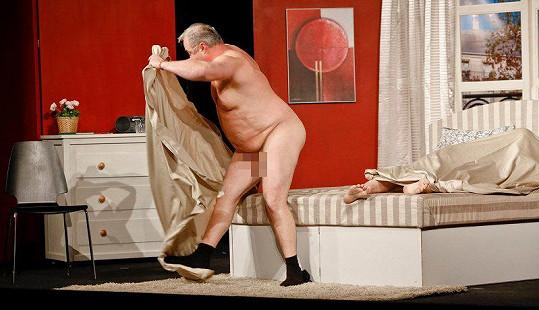 Divákům herec odhalil nejen svůj zadek...