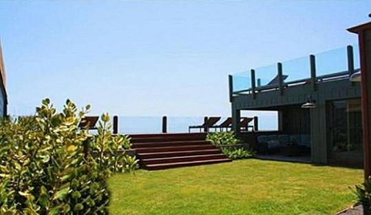 Sídlo má také vlastní zahrady a pláž.