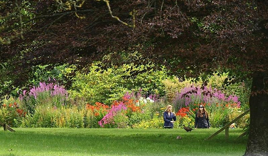 Angelina a děti v zahradách jejich nového bydliště.