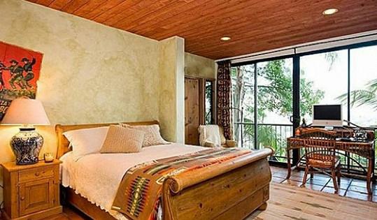 Jedna ze čtyř ložnic, která je zvenčí obklopena tropickou květenou.