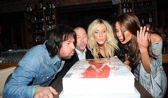 Po odchodu exmanželky Jiří Pomeje s Michalem Davidem zfoukl svíčku na jiném narozeninovém dortu