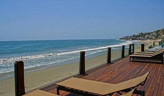 Nemovitost nabízí terasu, na které se skvěle relaxuje s výhledem na moře.