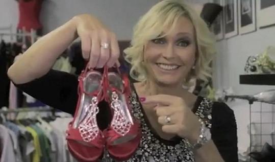 Vondráčková si v klipu vybírá botičky.