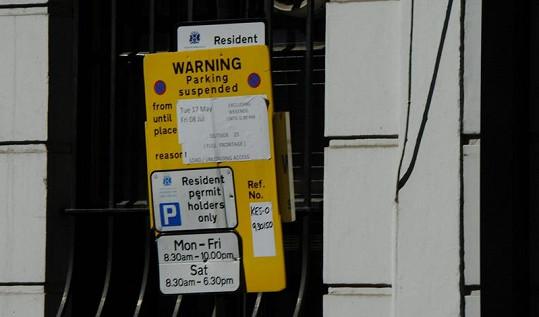 Pippo, tady smíš parkovat až do 8. července jen o víkendech.
