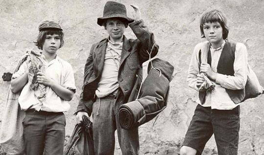 Zprava Tomáš (Michael Dymek), Hubert (Petr Voříšek) a Jožka (Petr Starý), tři nerozluční kamarádi ve filmu Páni kluci (1975).