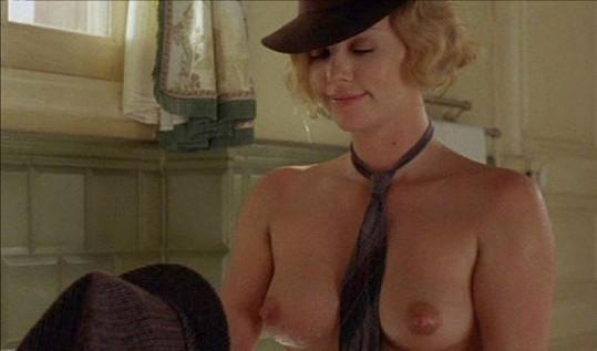 Charlize Theron a její sexy scéna v thrilleru Hlava v oblacích.