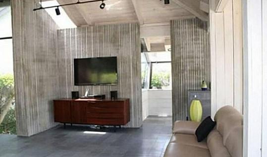Interiér domu je laděný do světlých barev.