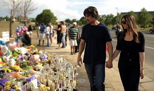 Christian Bale s manželkou Sibi Blazic na místě tragédie.