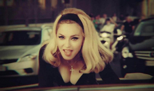 Madonna v klipu Turn Up The Radio vypadá na třicet.