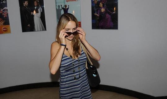 Nechtěla se moc fotit nenalíčená, tak si raději vzala brýle.