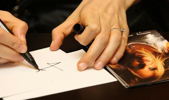 Zásnubní prsten od Tomáše Plekance zdobí prsteníček Vondráčkové