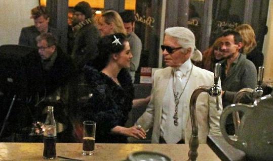 Kristen s módním návrhářem Karlem Lagerfeldem během focení pro Vanity Fair.