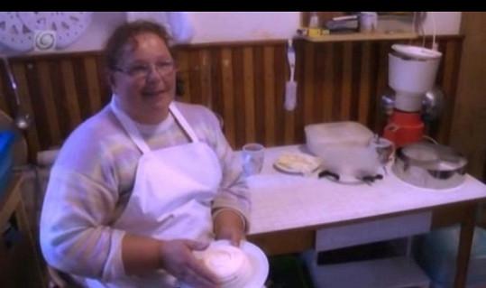 Paní Marta Tužinská zkouší štěstí se svým sýrovým dortem.