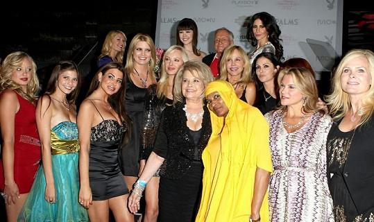 Adeptky na titul Playmate roku 2011 spolu s vítězkou Claire Sinclair (vzadu uprostřed).