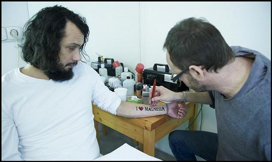 Pavel Liška si nechal vyrobit speciální Magnesia tetování.