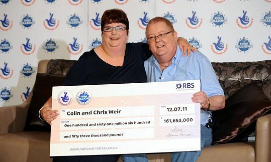 Manželé Weirovi s šekem na 4,5 miliardy.