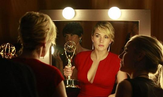 Kate Winslet si prohlíží v zrcadle cenu Emmy.