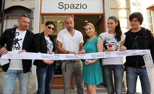 Aneta Vignerová s Davidem Krausem, Eva Decastelo a Vlaďka Erbová s Tomášem Řepkou slavnostně otevřeli obchod s italskou módou