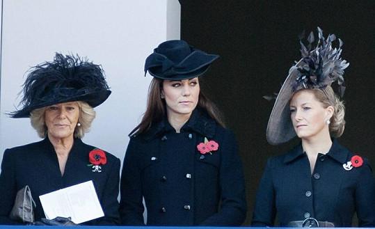 Vévodkyně z Cornwallu Camilla (vlevo), vévodkyně z Cambridge Catherine (uprostřed) a vévodkyně z Wessexu Sophie (vpravo).