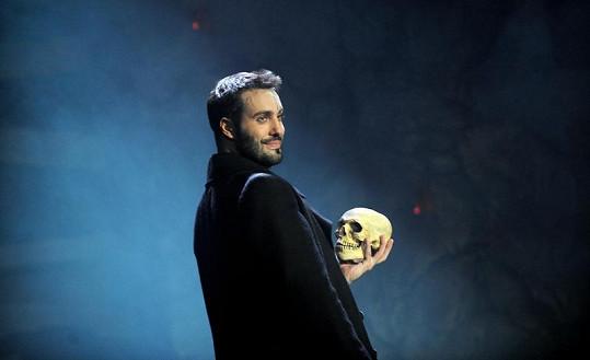 Klasický Hamlet s lebkou.