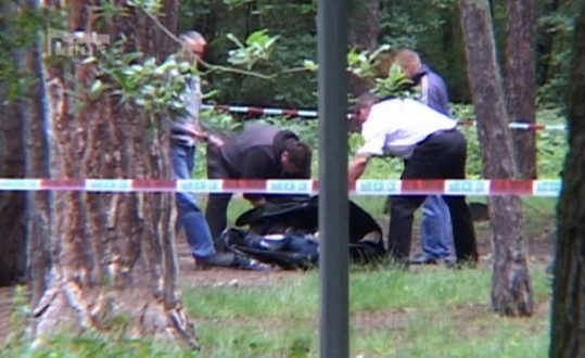 Policisté ohledávají tělo Zdeňka Švarce.