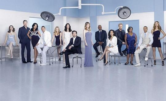 Jessica (pátá zleva) ztvárňuje v seriálu Chirurgové doktorku Arizonu Robbins.
