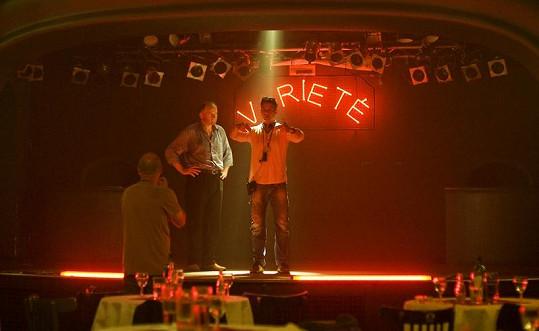 Režisér Sanitky 2 dává hercům pokyny.