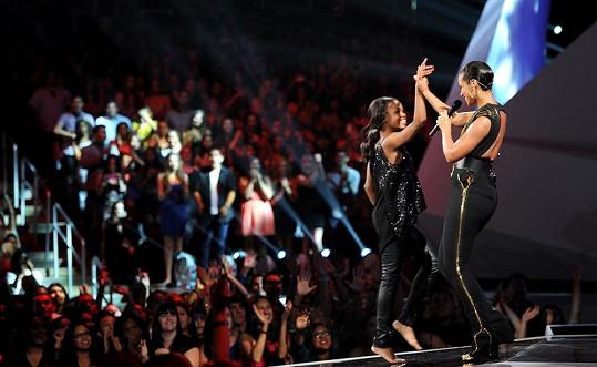 Alicia Keys se na pódiu potkala s gymnastkou Gabby Douglas.
