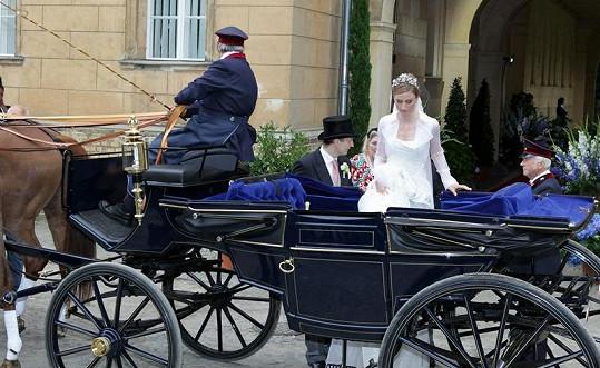 Nevěsta nastupuje do kočáru.