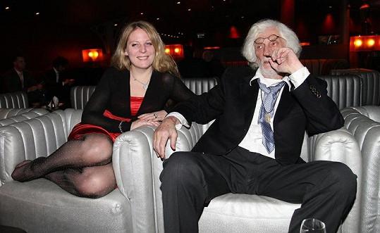 Petra Hapková si sundala i boty.