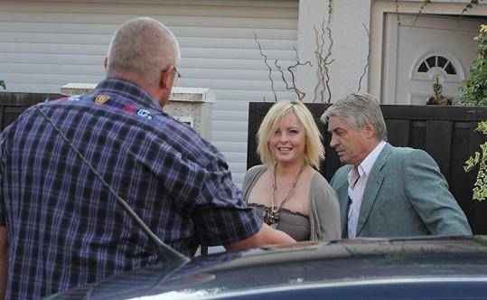 Iveta Bartošová s Josefem Rychtářem se vítají s bodyguardem.