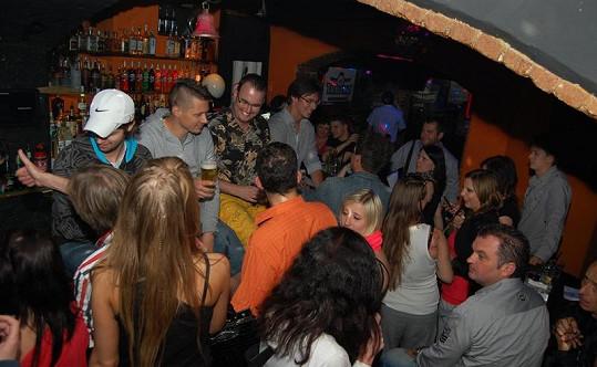 Bar byl narvaný k prasknutí a děly se v něm věci!
