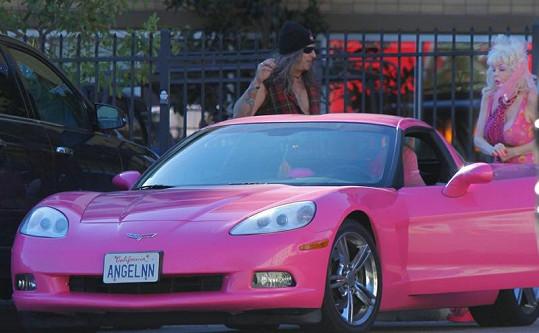 Její Chevrolet Corvette, jak jinak, než v sytě růžové barvě.