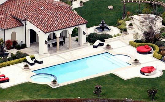 Součástí domu je i velký bazén a terasa.