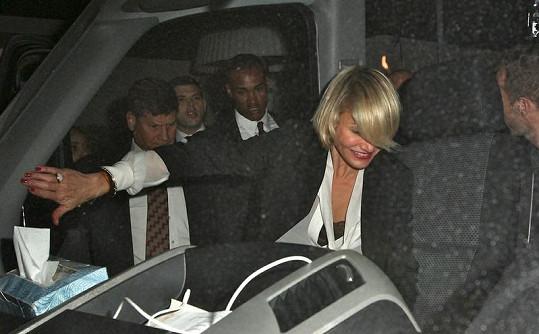 Slavná herečka se dostávala do auta se značnými obtížemi.