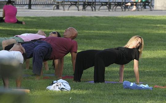 Heidi Klum cvičí jógu v newyorském parku.