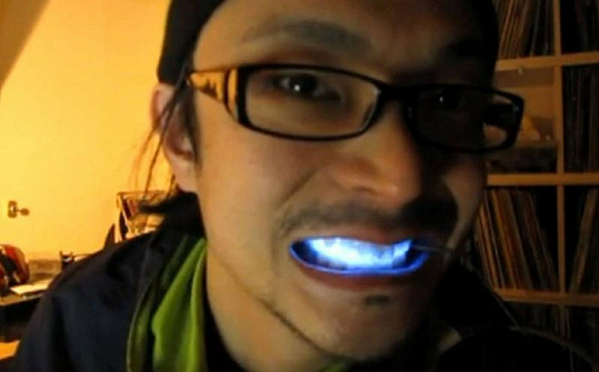 Zářivé zuby v modré barvě.
