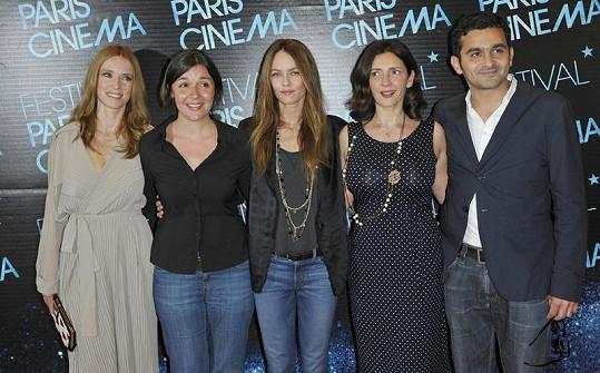 Francouzská herečka s hereckými kolegy.