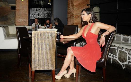 Marta by s takovým dekoltem neměla u stolu dlouho zůstat sama. Anebo se muži bojí?