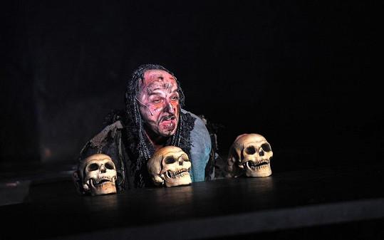 V masce hrobníka v Hamletovi