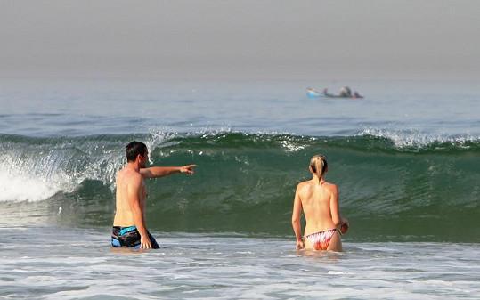 Dovádění ve vlnách bavilo zejména Míru. Jeho partnerka se po několika zrádných vlnách už ani nesnažila nandávat si vršek od plavek.