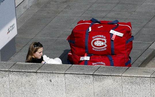 Lucie Vondráčková držela na letišti syna v náručí.