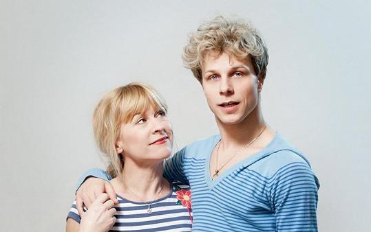Dana by mohla být Honzovou mámou, vypadá však spíše jako jeho starší sestra. Uznejte sami.