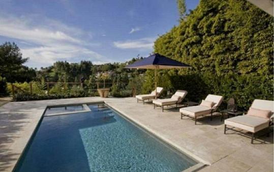 Luxusní bazén s výhledem do okolí.