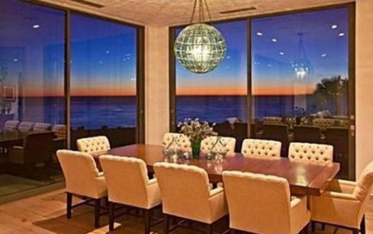 I jídelna nabízí úchvatný výhled na moře.